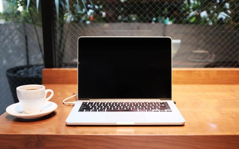 dator-pc med kaffe